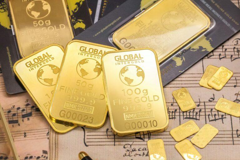 Bitcoin falls as Gold rises